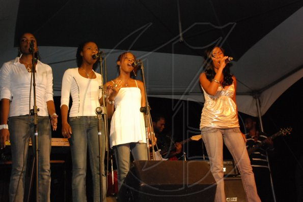 Abby-Gaye Dallas and back-up singers.JPG